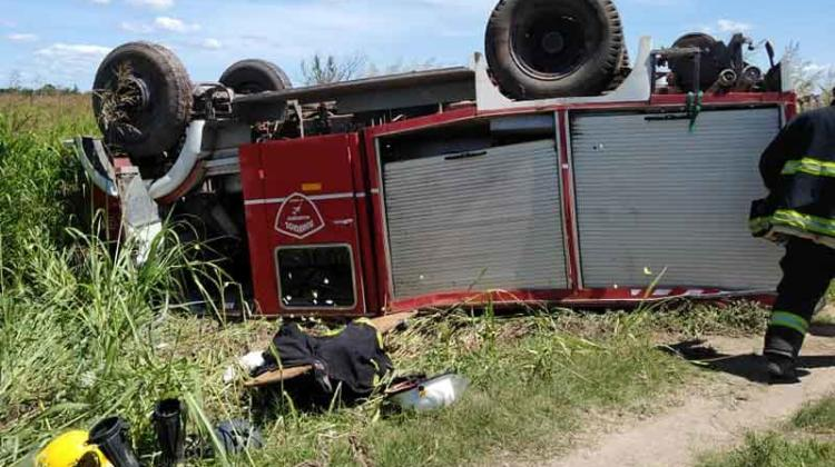 Volcó una autobomba de Bomberos de Corzuela