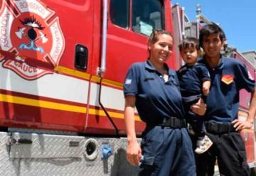Nació en el cuartel de bomberos y es el ayudante más pequeño
