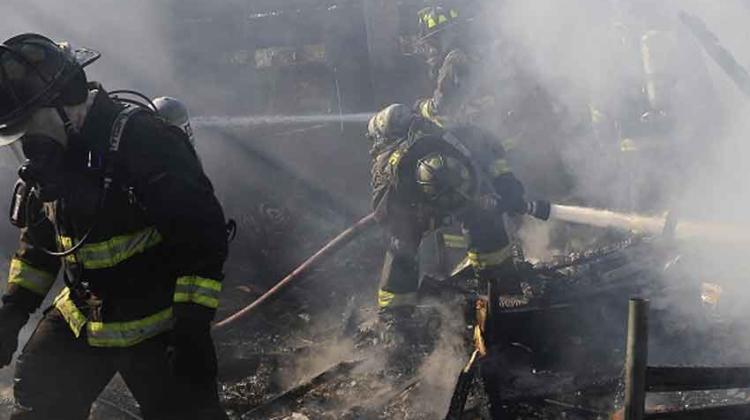 Un bombero lesionado deja incendio en una vivienda