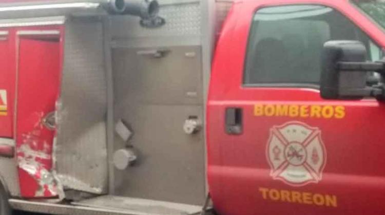Camión repartidor choca contra unidad de Bomberos