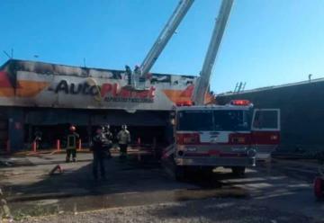 Controlan incendio que afectó a tienda Autoplanet en Pudahuel