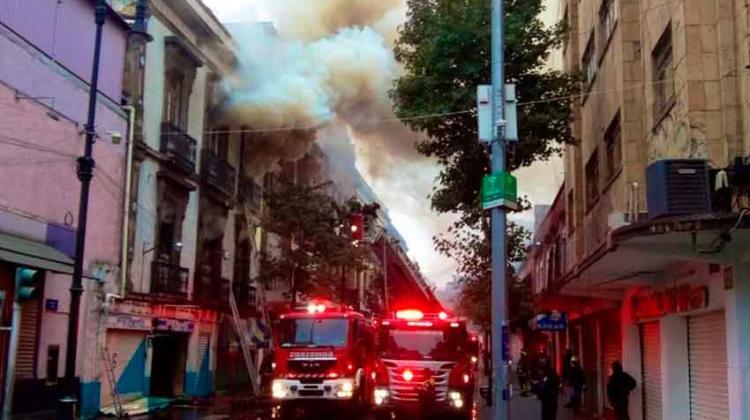 Dos bomberos heridos por incendio en una tienda de telas