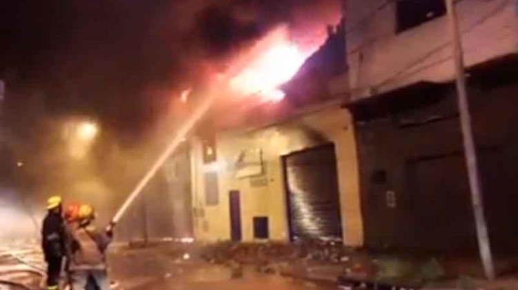 Bomberos trabajan para sofocar un incendio en un depósito