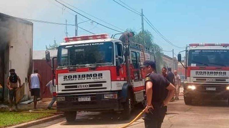 Tres bomberos hospitalizados por Incendio en un depósito