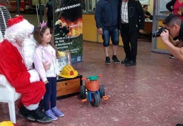 Papá Noel visitó a los Bomberos de Olavarría