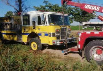 Camión de bomberos cae a socavón en Los Mochis