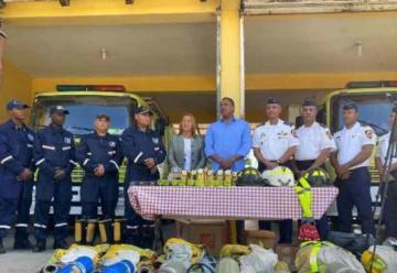 Bolívar Valera dona equipos de trabajo a bomberos SDE
