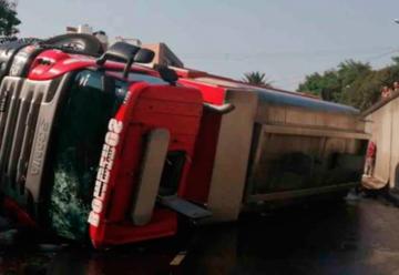 Dos bomberos lesionados al volcar camión