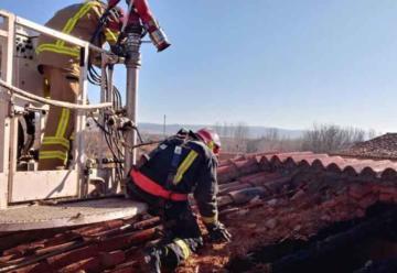 Bombero sufre contusiones durante la extinción de un incendio