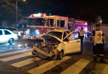Choca camión de bomberos con carro en Culiacán