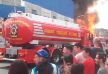 Un gran Incendio afectó una maderera en Avellaneda
