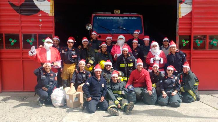 Papá Noel repartió golosinas junto a los Bomberos de Bariloche