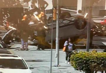 Auto choca contra camión de bomberos