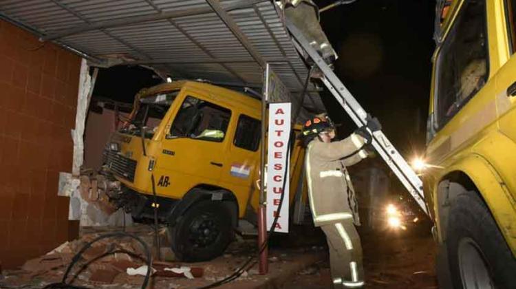 Móvil de bomberos chocó contra edificación en Luque