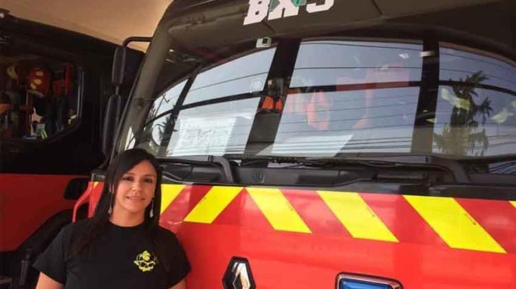 Mujer se convirtió en la primera maquinista de Bomberos