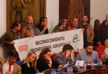 Los bomberos protestan ante el Pleno de la Diputación