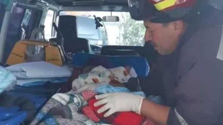 Bebé nace a bordo de una ambulancia de bomberos