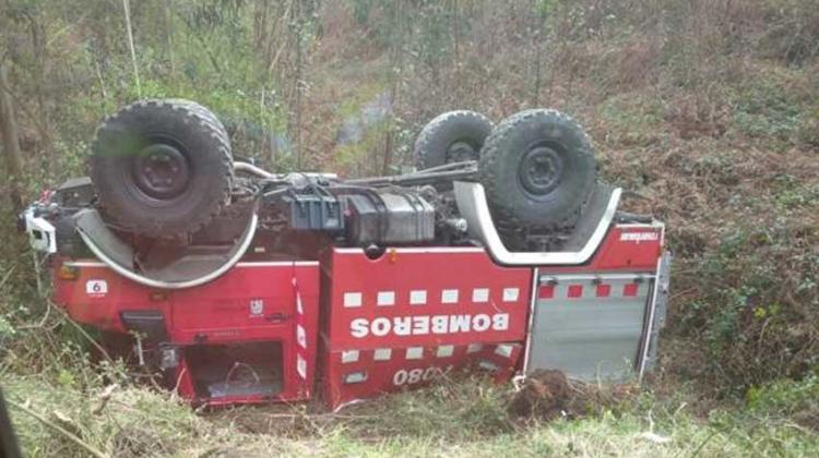 Cuatro Bomberos heridos en Gijón tras volcar el camión en el que viajaban