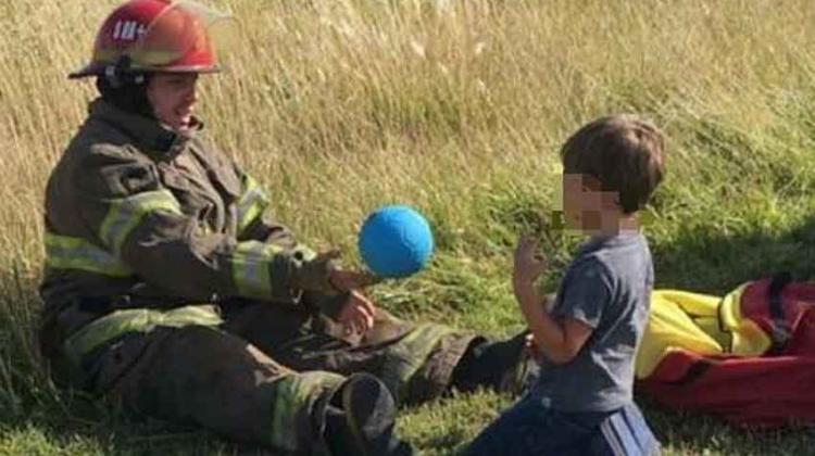 Conmovedora imagen de un bombero jugando con un niño tras un accidente