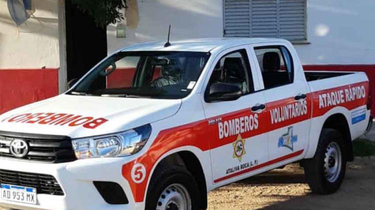 Bomberos Voluntarios De Ataliva Roca con moderna camioneta