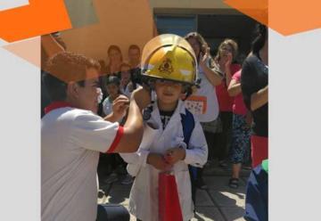 Bomberos premiaron al nene que salvó la vida de su hermana