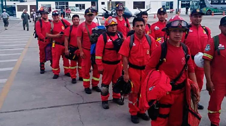 Bomberos ayuda para su desplazamiento durante el estado de emergencia