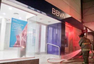 Bomberos de Quilmes desinfectaron cajeros en bancos de la ciudad