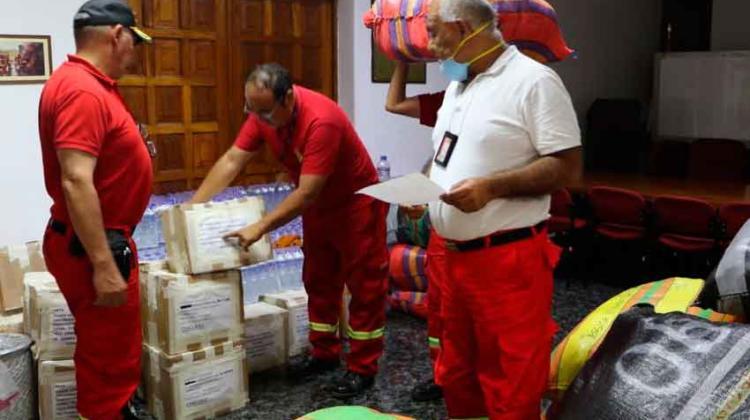 distribuyen nuevos uniformes e implementos de seguridad para bomberos