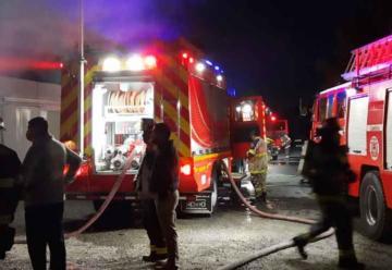 Incendio destruye bodegas de packing y deja dos bomberos lesionados
