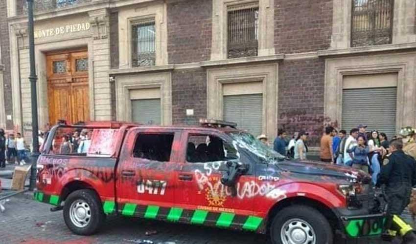 Destrozaron camioneta de Bomberos en marcha feminista