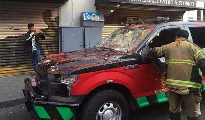 Destrozaron camionetas de Bomberos en marcha feminista