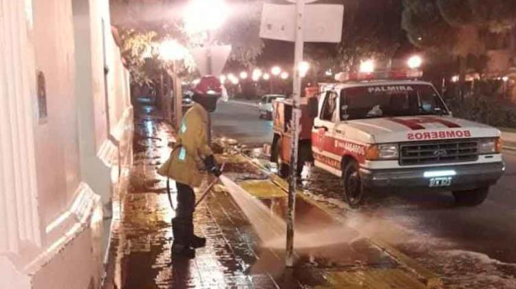 Bomberos Voluntarios de Palmira desifectan calles