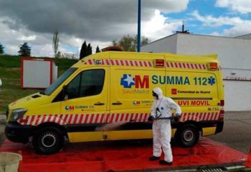 Bomberos desinfectan ambulancias y vehículos sanitarios
