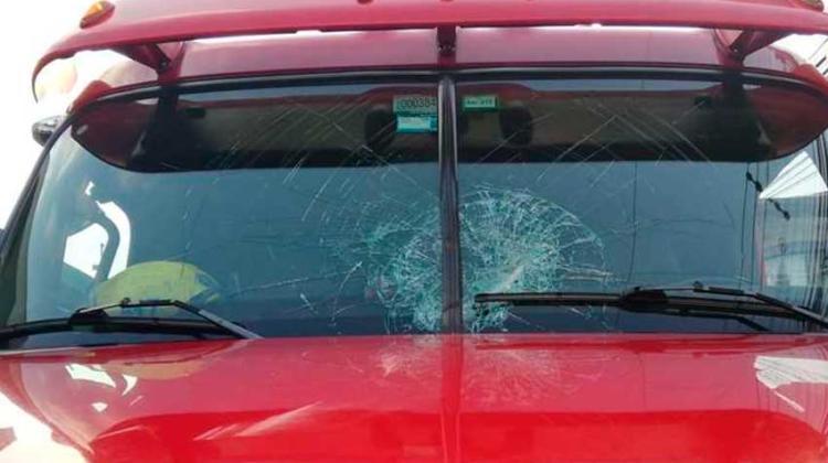 Una mujer lanzó una tapa metálica contra unidad de Bomberos