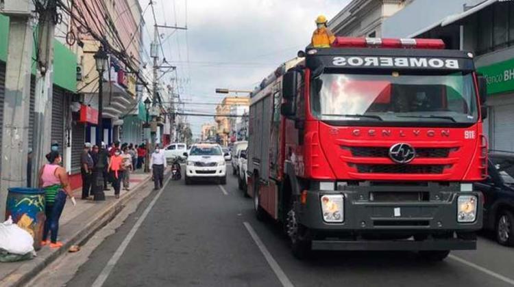 Bomberos distanciaron a las personas echándole agua desde un camión
