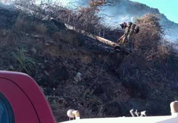 Bomberos controlan un incendio forestal en La Cumbre