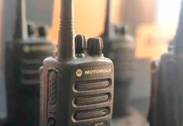 Limpieza de radios portátiles y micrófonos de equipos de emergencia