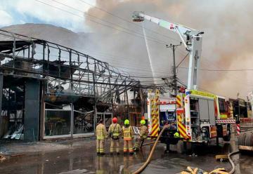 Gran incendio afectó galpones en Zona Franca de Iquique