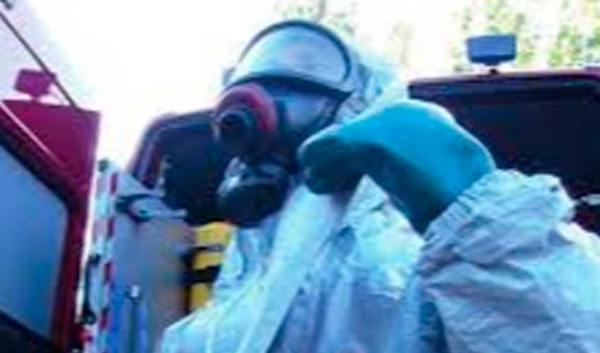 ¿Qué se debe hacer con la vestimenta de trabajo contaminada con agentes patogénicos?