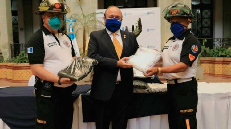 Donan mil mascarillas a Bomberos Voluntarios de Guatemala