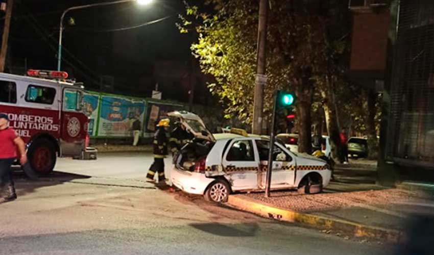 Violento choque entre un taxi y un autobomba de los bomberos