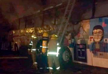 Quemaron un colectivo: Agredieron a bomberos y a policías