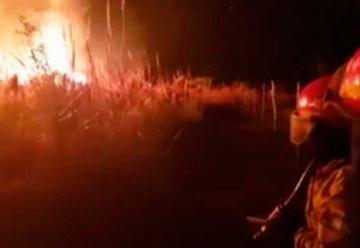 Cuatro bomberos lesionados y un detenido por incendio intencional