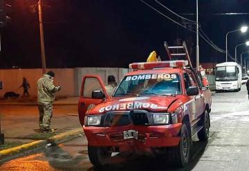 Bomberos en emergencia chocaron contra un cartel