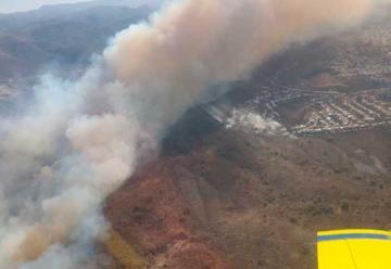Bomberos combaten un gran incendio forestal en La Calera