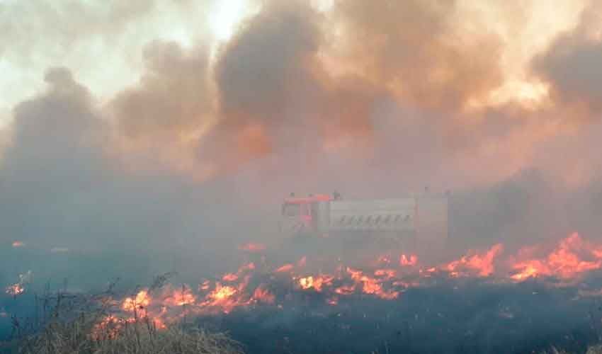 Un autobomba afectado y dos bomberos intoxicados deja incendio