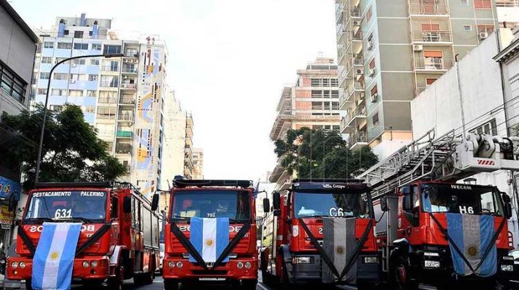 Bomberos homenajearon a sus compañeros fallecidos en el incendio de Villa Crespo