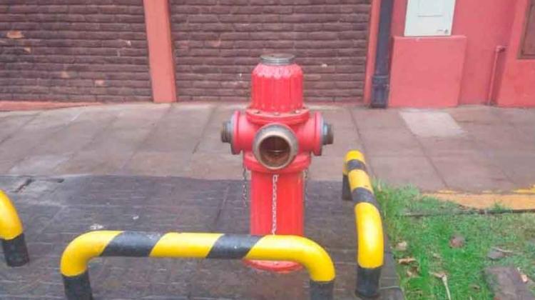 Robaron las tapas de bronce del hidrante de Bomberos de Quilmes