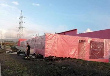 Bomberos cubrieron cuartel con plástico para evitar goteras