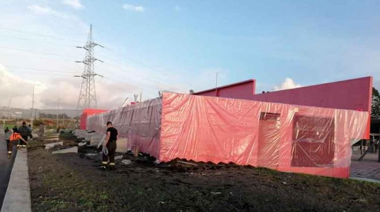 Bomberos de Boca Sur cubrieron cuartel con plástico para evitar goteras